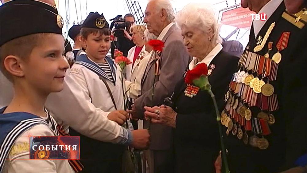 Кадеты морских училищ поздравляют ветеранов