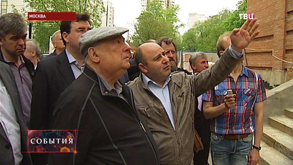 Советник мэра и патриарха Владимир Ресин инспектирует строительство храма