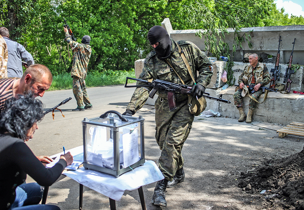Бойцы народного ополчения во время голосования на одном из блокпостов