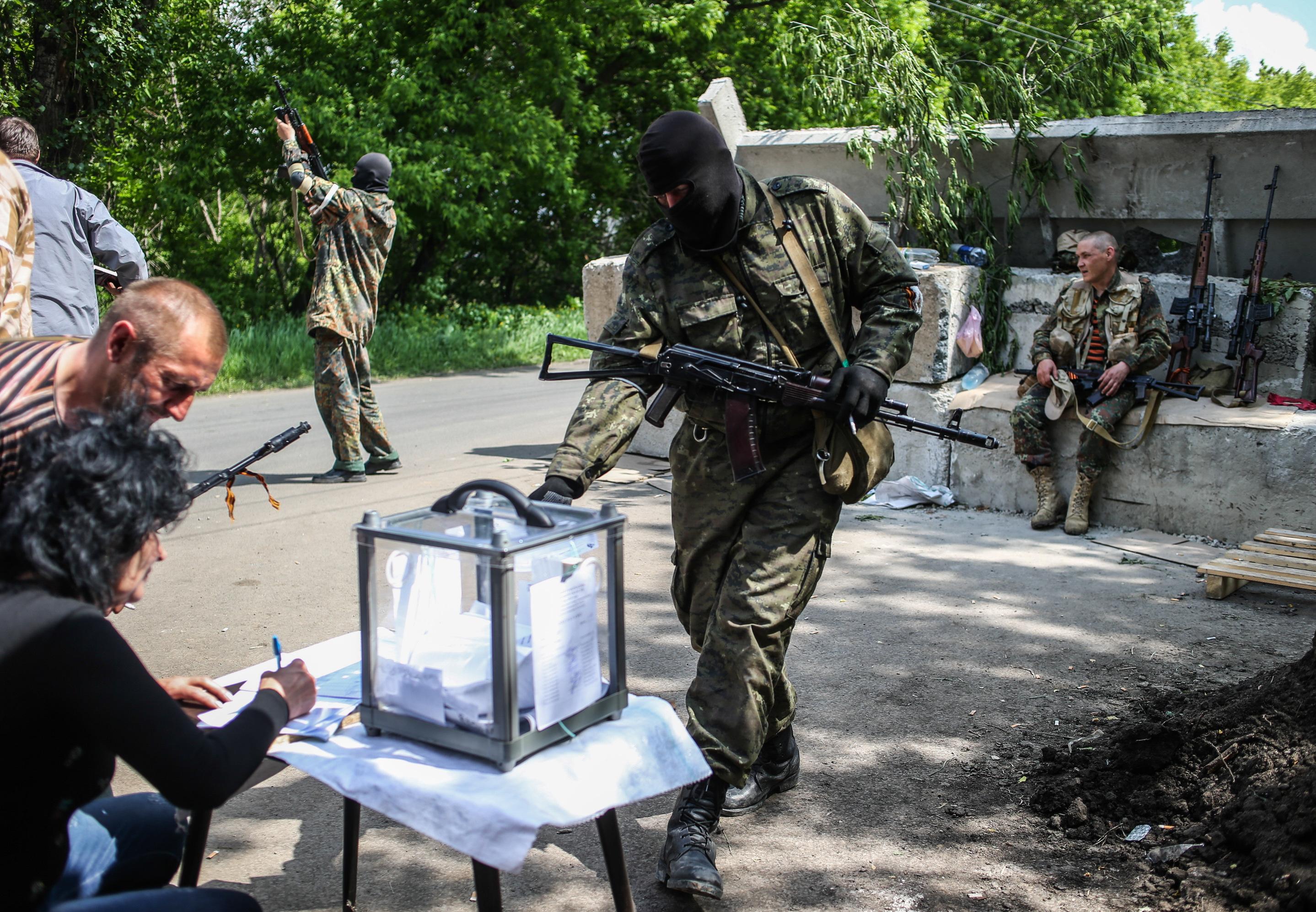 Боец народного ополчения во время голосования