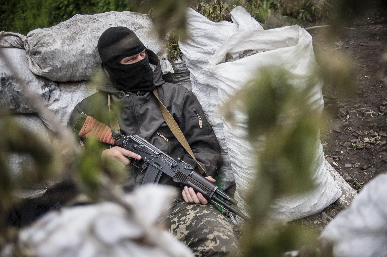 Боец народного ополчения на одном из блокпостов Славянска