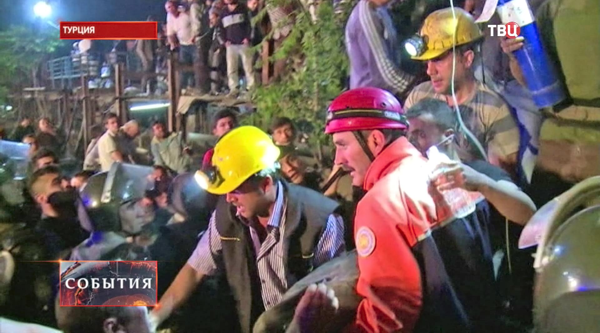 Эвакуация пострадавших при взрыве на шахте в Турции