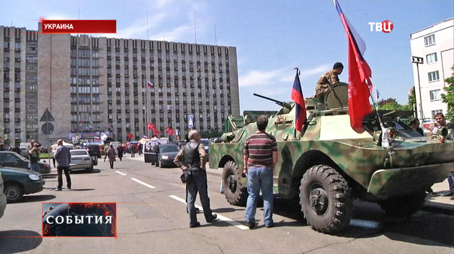 Броневик с бойцами народного ополчения на площади в Донецке