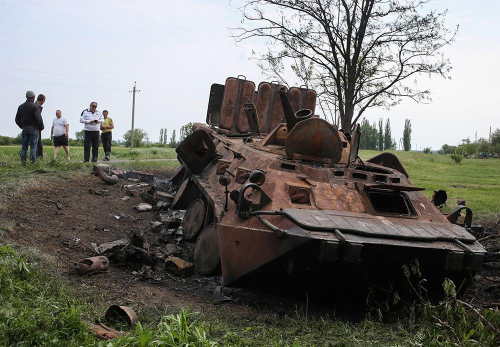 Сгоревший БТР на месте вооруженных столкновений между народными ополченцами и украинскими военными