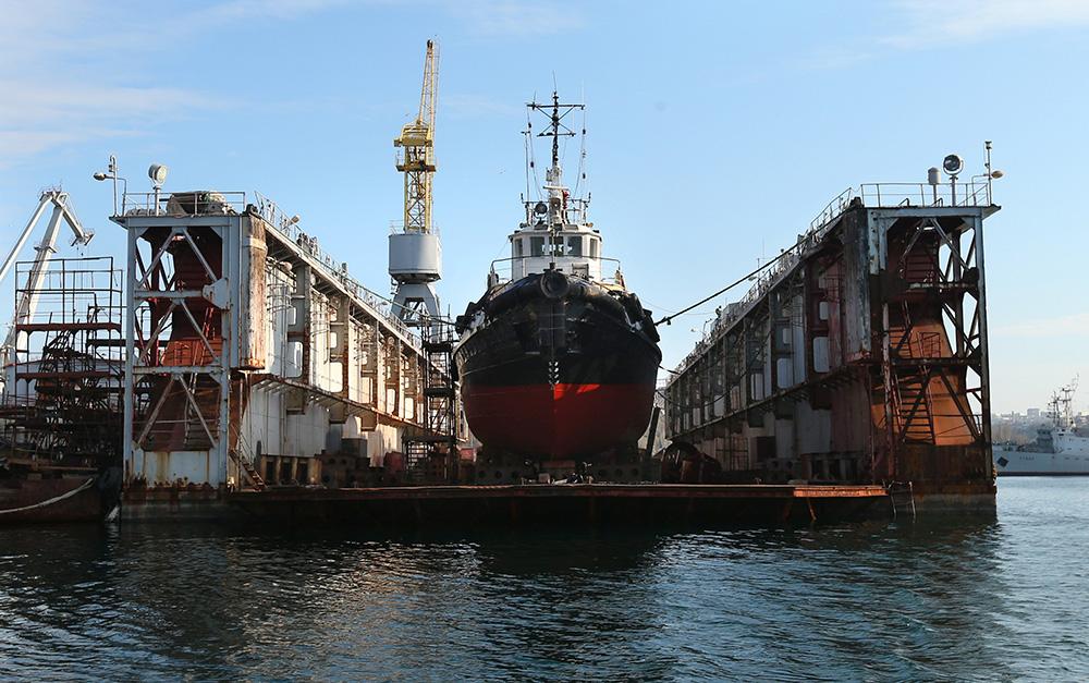 Корабль в плавучем доке в бухте Севастополя