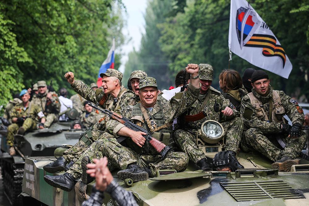 Колонна БМД с бойцами народного ополчения