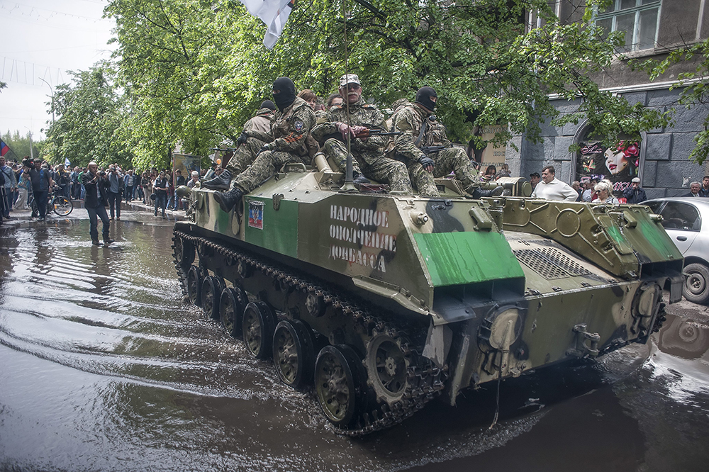 БМД с бойцами народного ополчения на одной из улиц Славянска