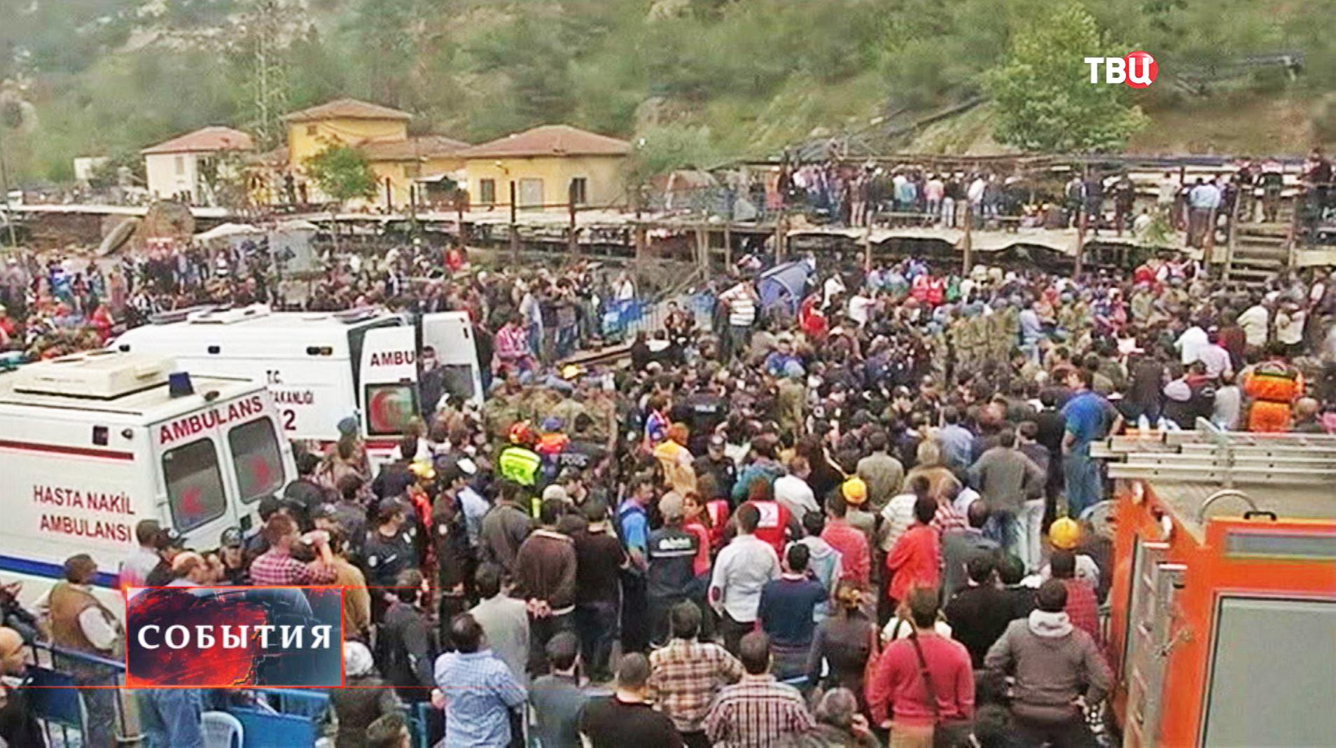 Местные жители и спасатели возле шахты, где произошел взрыв