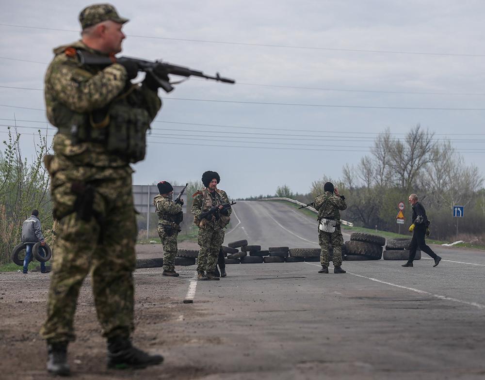 Бойцы народного ополчения на блокпосту в Славянске