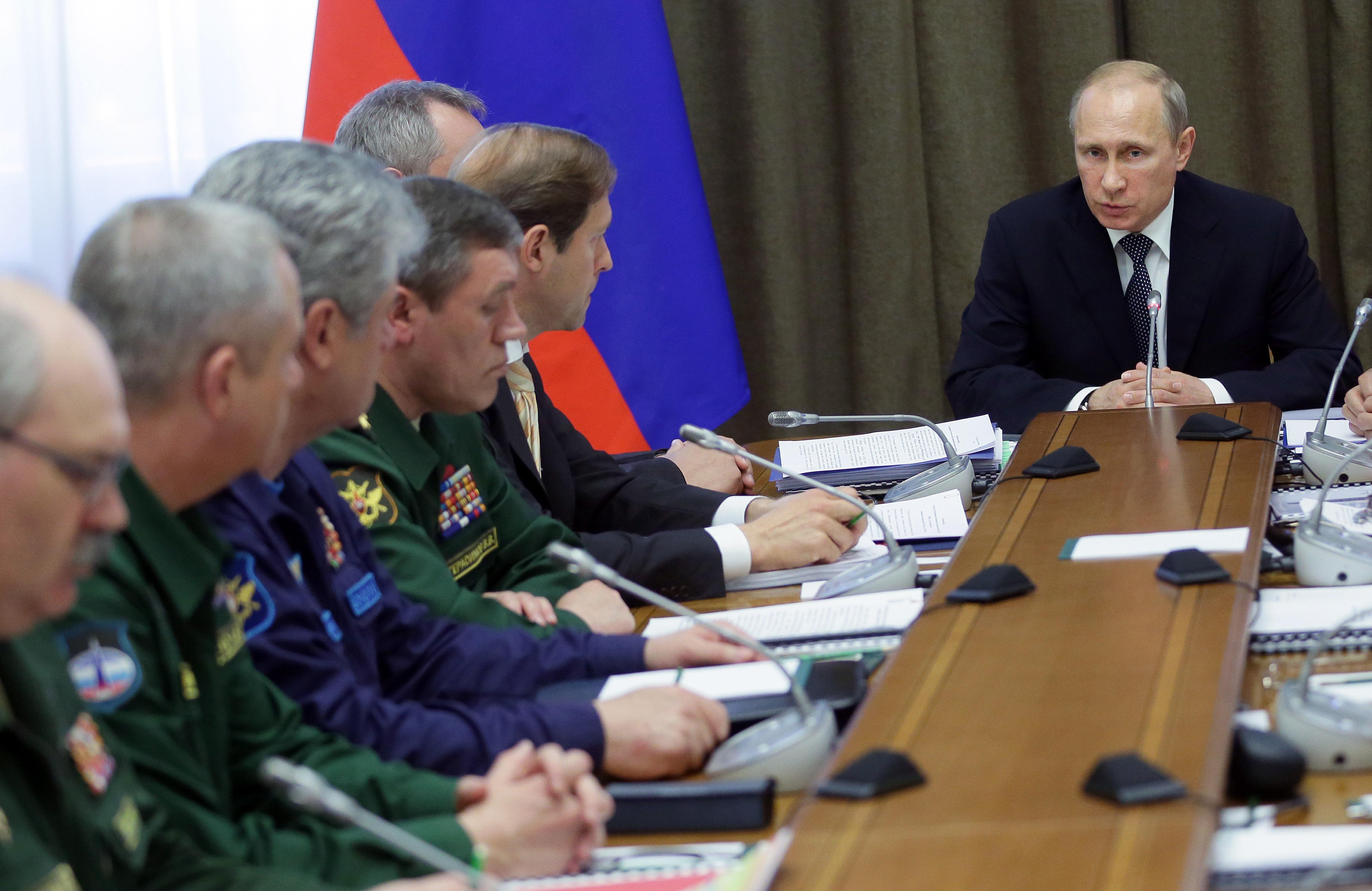Владимир Путин во время совещания по госпрограмме вооружений