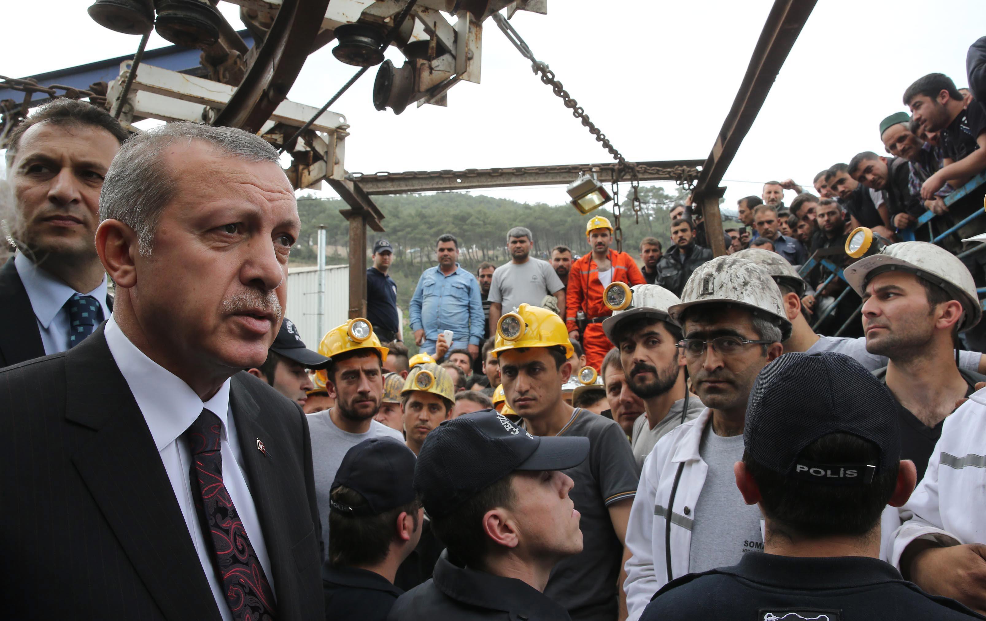 Реджеп Эрдоган во время посещения провинции Маниса, где произошел взрыв на шахте