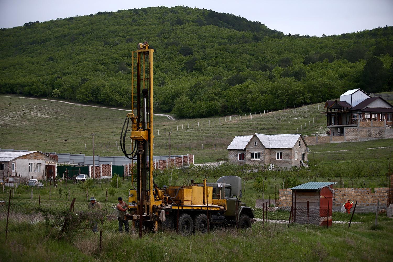 Во время расконсервации артезианских скважин в поселке Терновка Севастопольского района