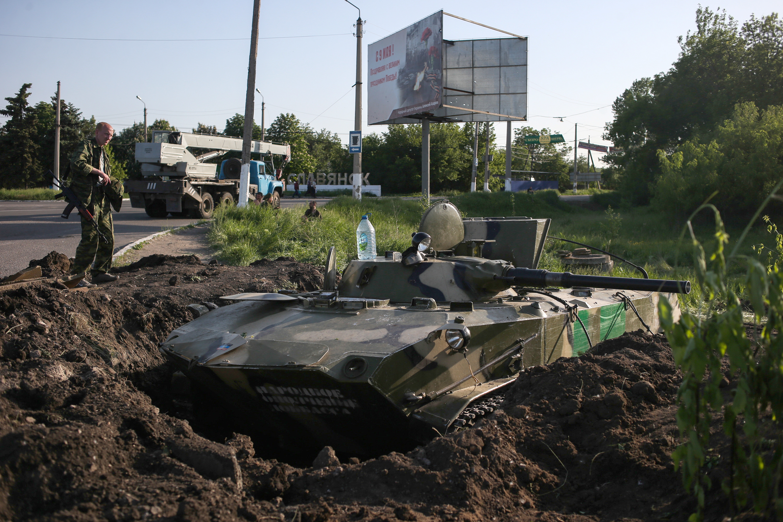 Ополченцы у вкопанной БМД на блокпосту у села Семеновка