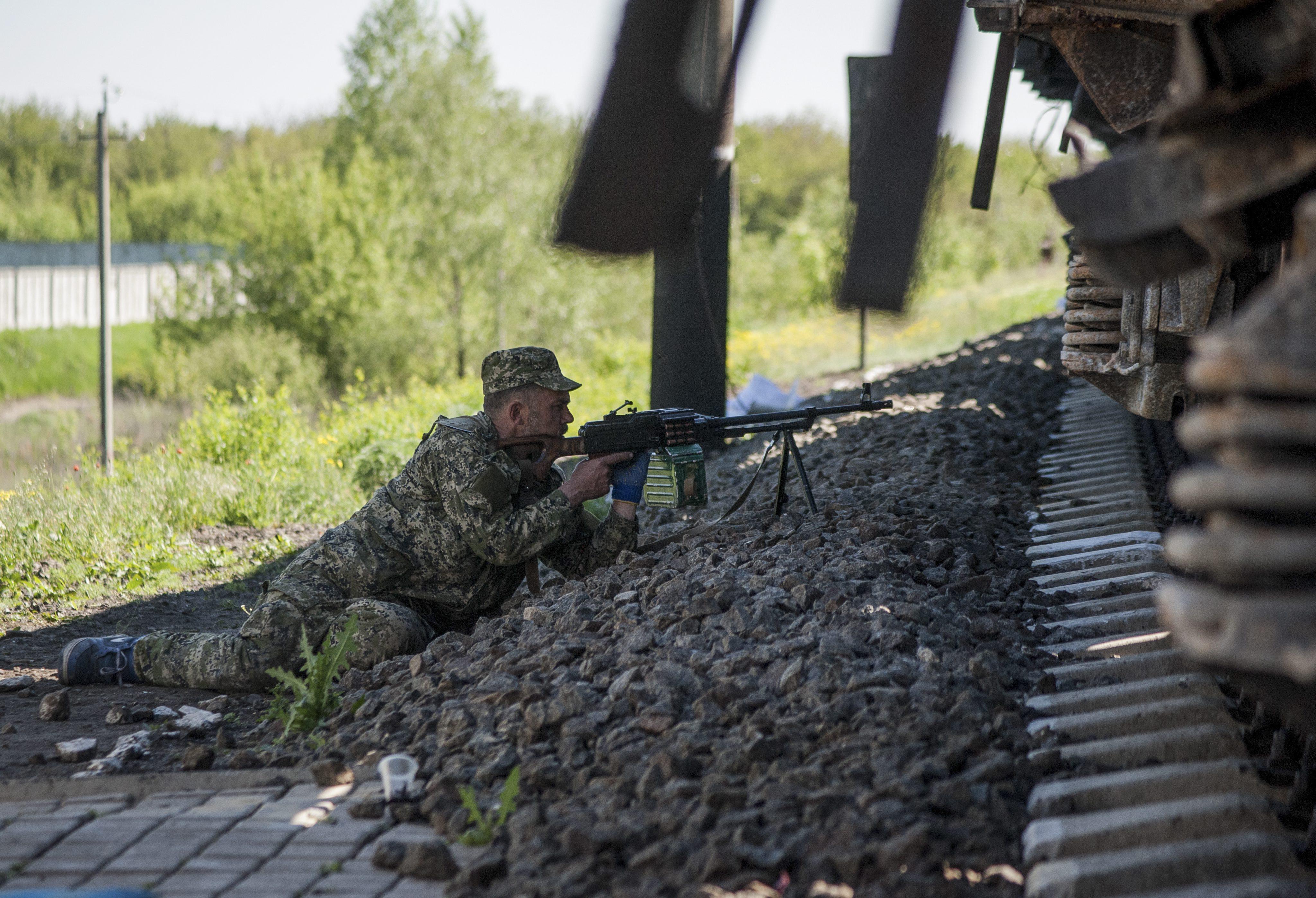 Боец народного ополчения контролирует железнодорожные пути около Луганска