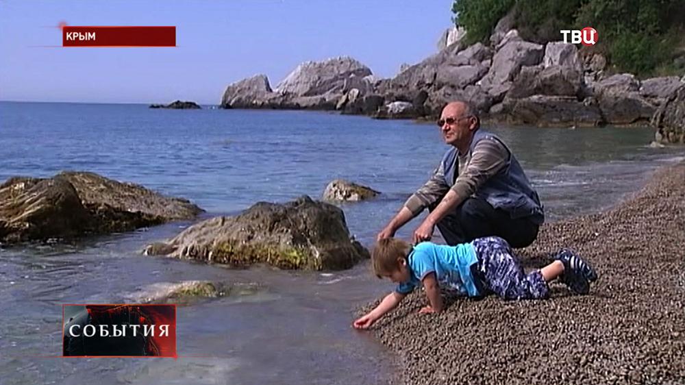 Отдыхающие на берегу Крыма