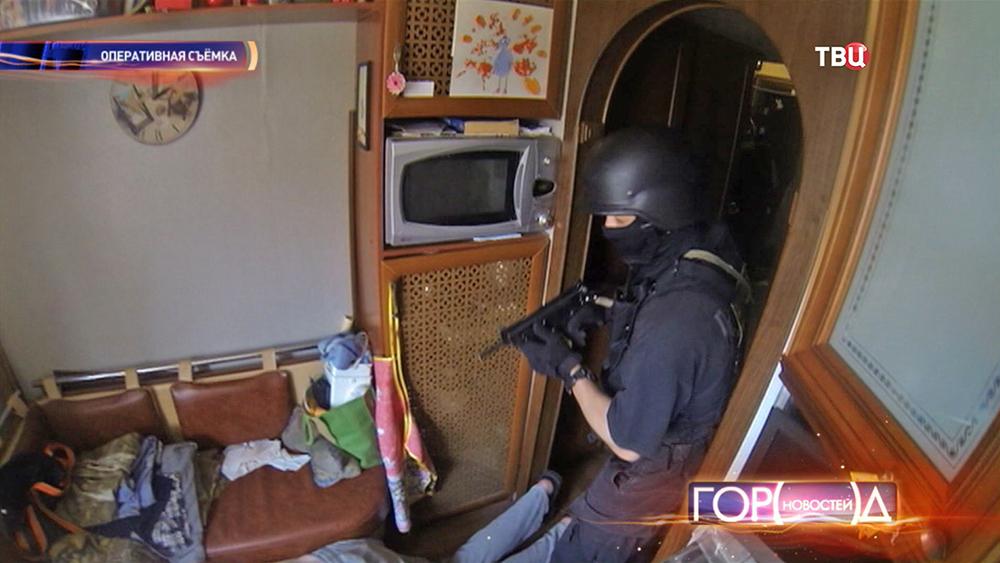 Полицейские штурмуют квартиру
