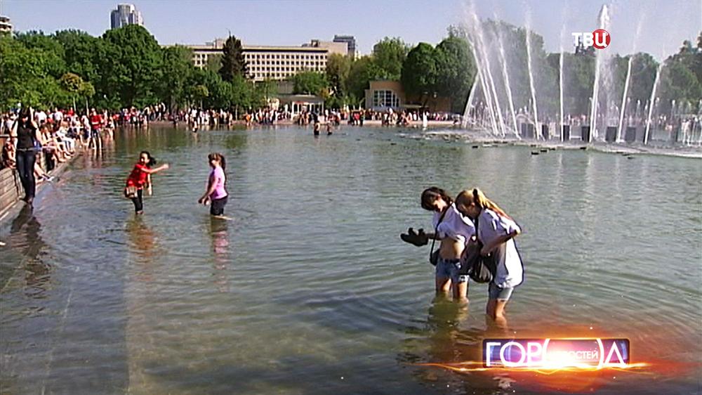 Люди купаются в фонтане в парке Горького