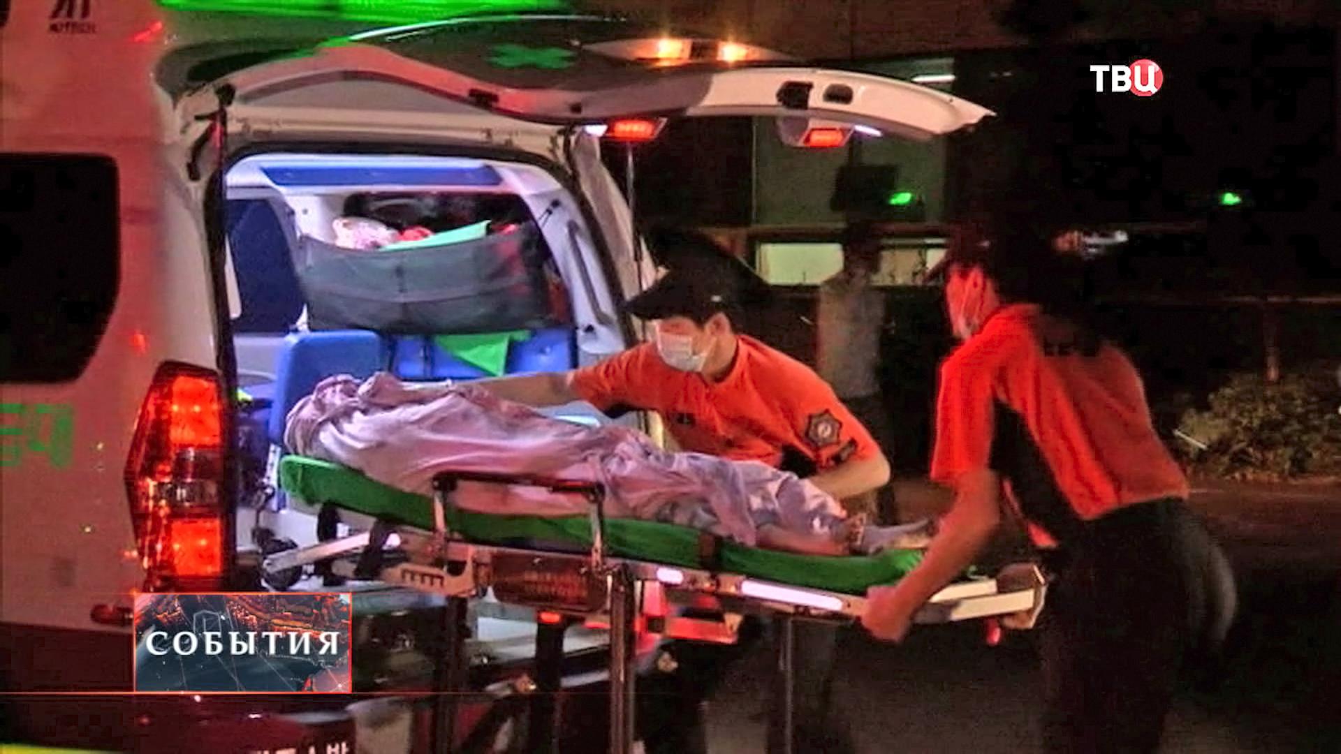 Врачи оказывают помощь пострадавшим