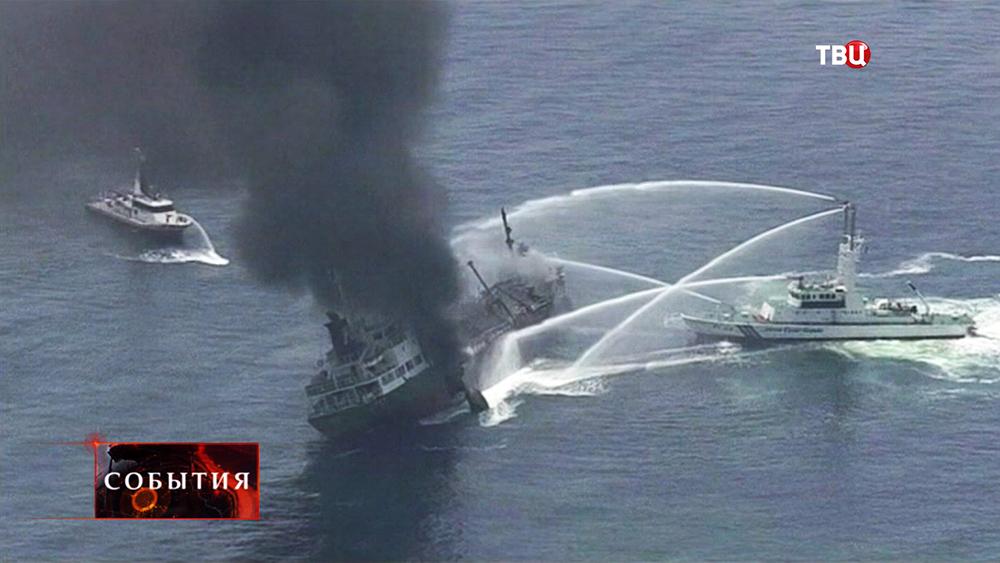 Катера тушат горящий корабль