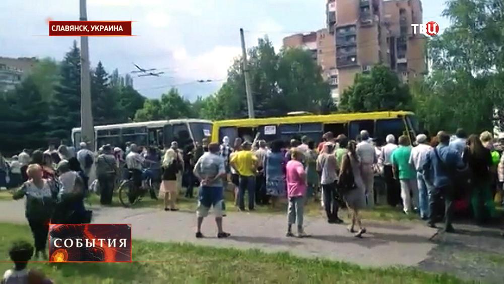 Родители провожают детей из Славянска