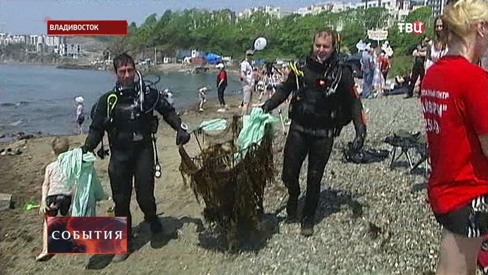 Дайверы во Владивостоке чистят пляж