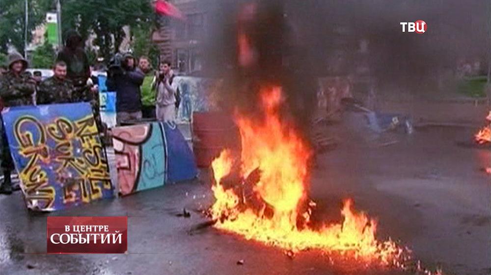 Активисты Майдана жгут покрышки