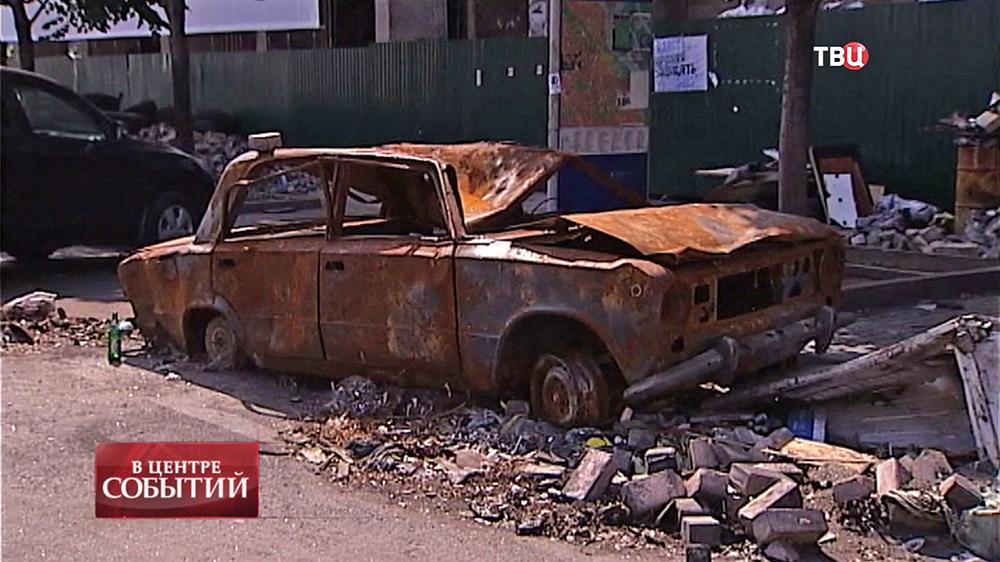 Сгоревший автомобиль на Майдане в Киеве