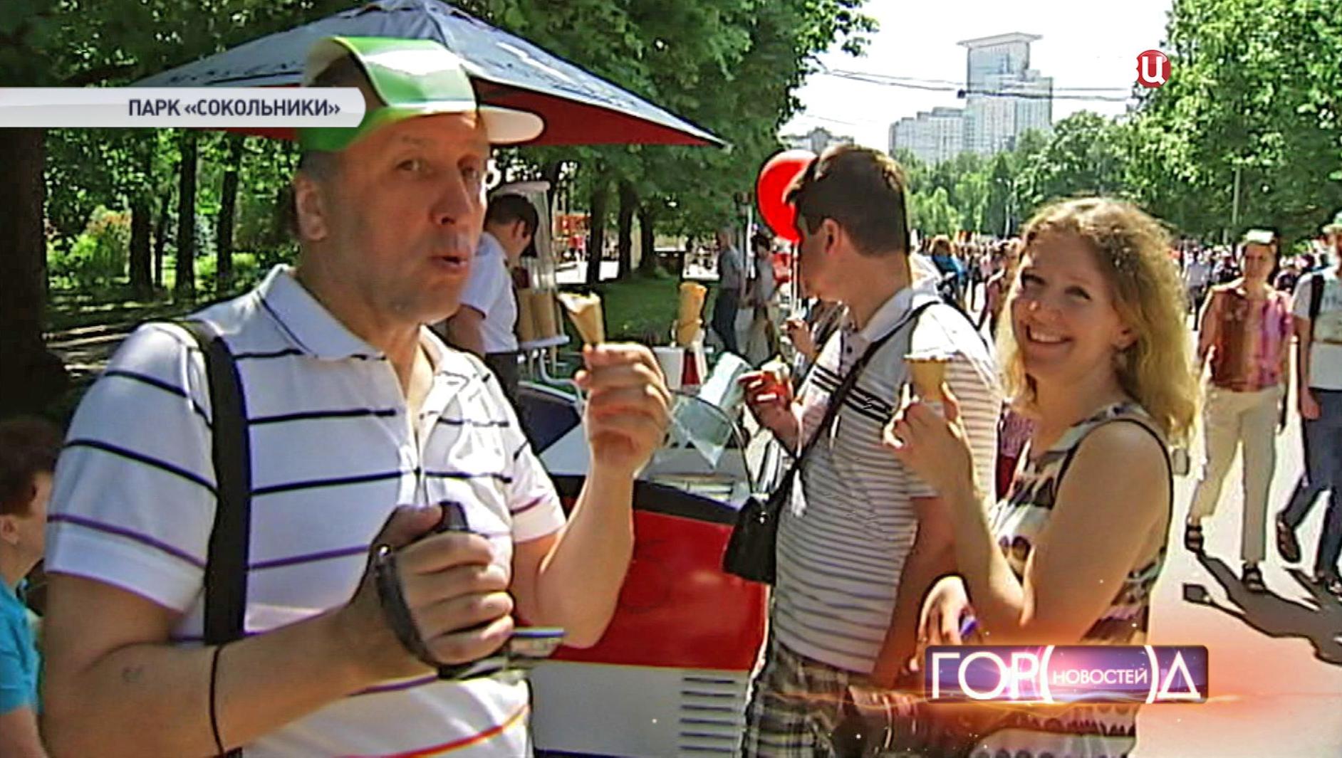 """Посетители фестиваля мороженого в парке """"Сокольники"""""""