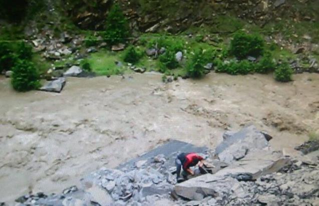 Поисково-спасательные работы на месте падения микроавтобуса в ущелье в Цунтинском районе