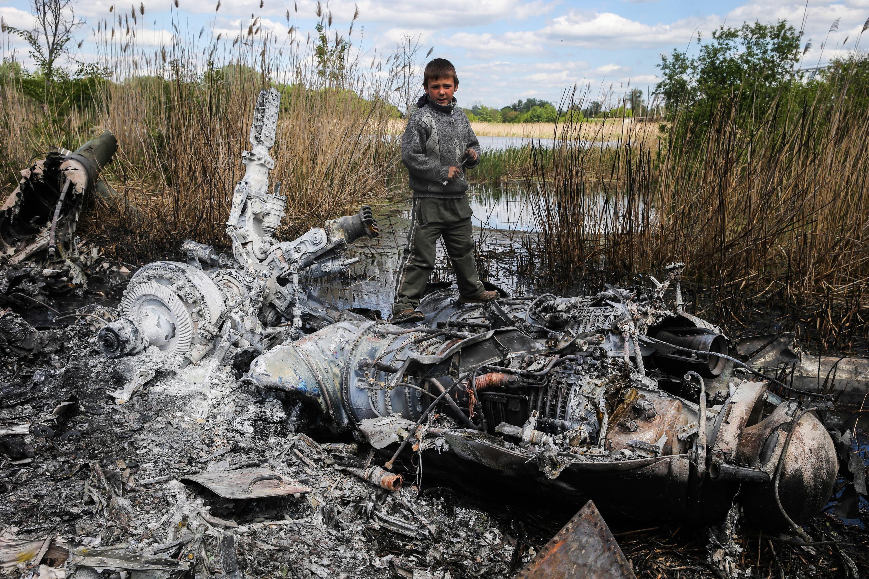 Остатки сбитого вертолета Ми-24 ВВС Украины