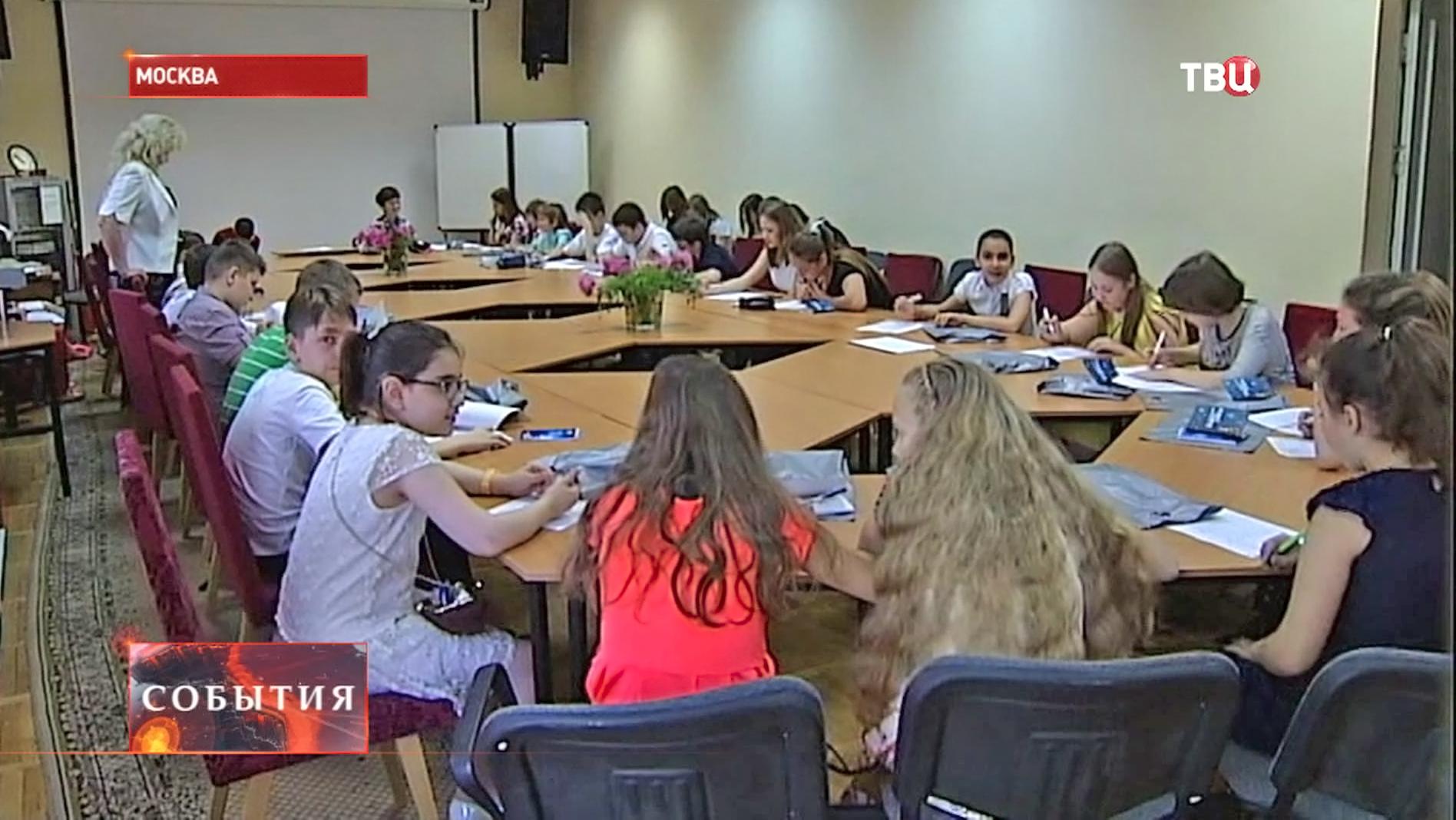 Школьники пишут словарный диктант