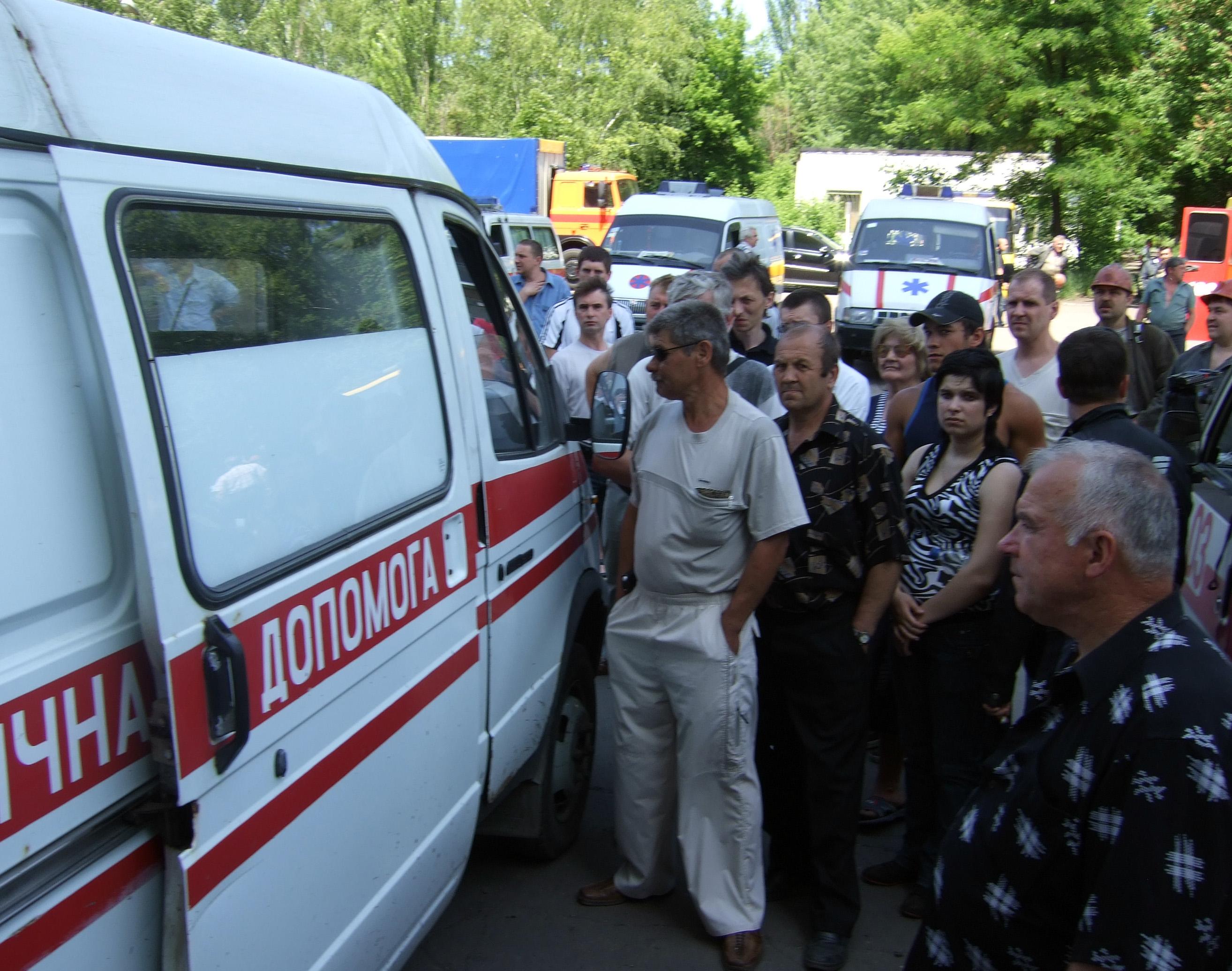 Жители Славянска около автомобиля скорой помощи