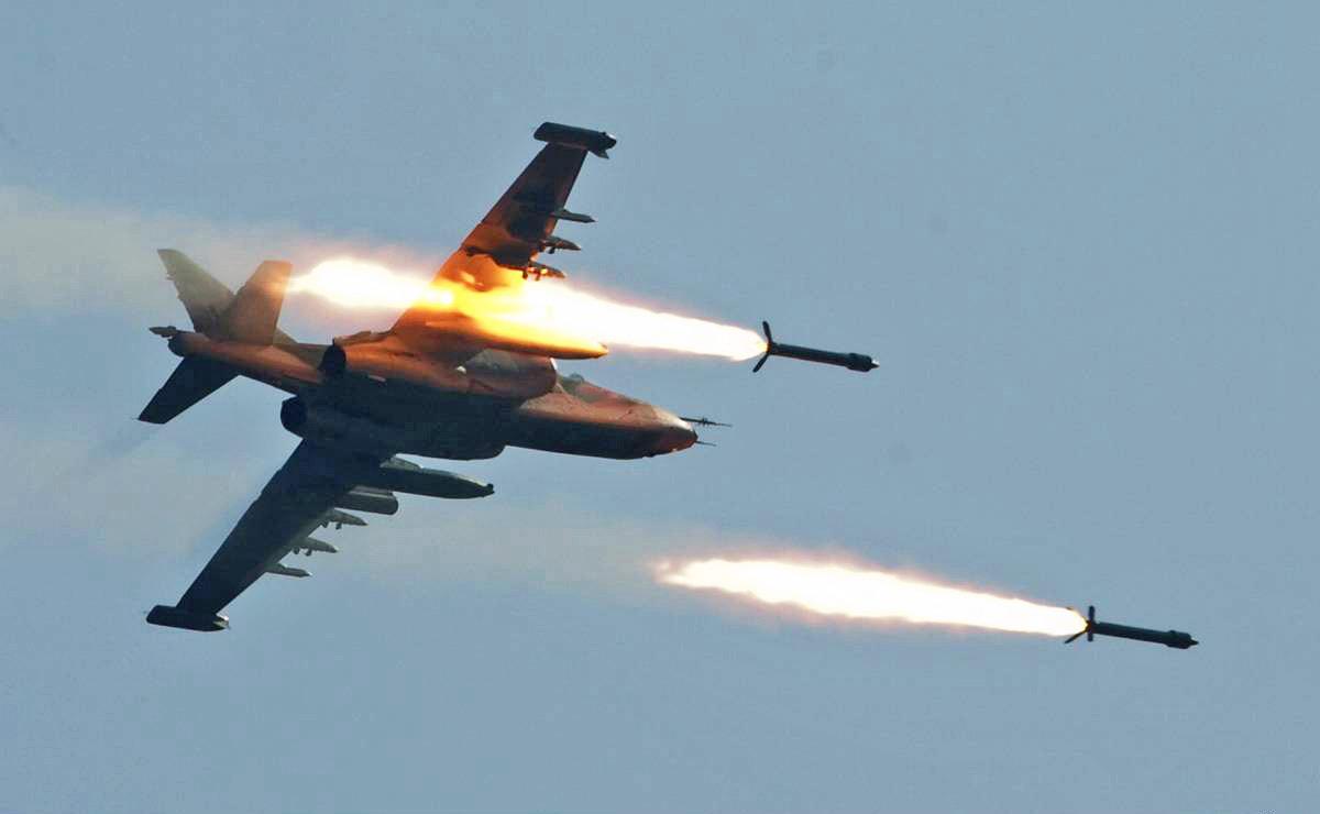 Штурмовик Су-25 ВВС Украины наносит ракетный удар