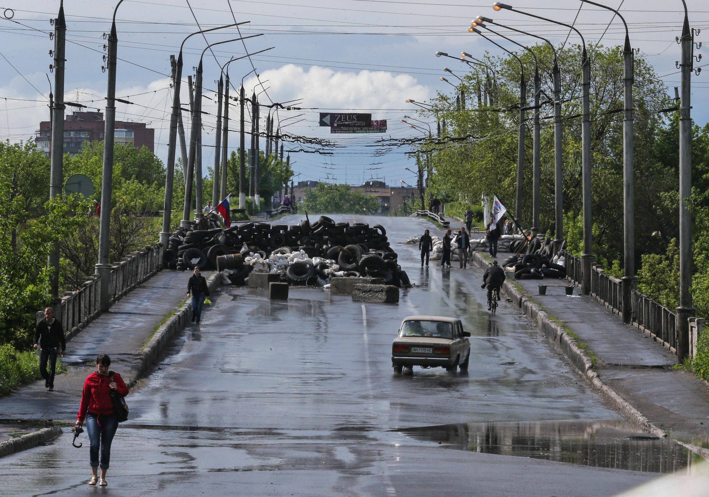Дорога перед блокпостом в центр Славянска