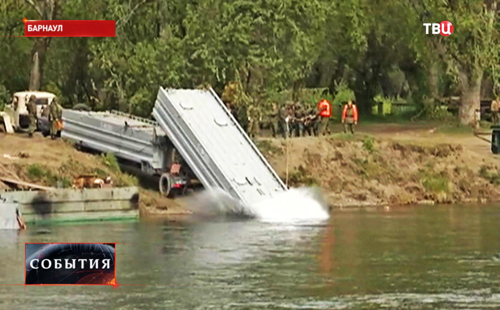 Строительство понтонного моста инженерными войсками