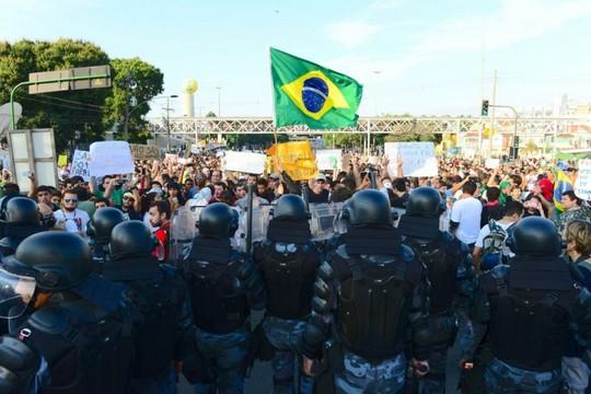 Полиция и демонстранты в Сан-Паулу