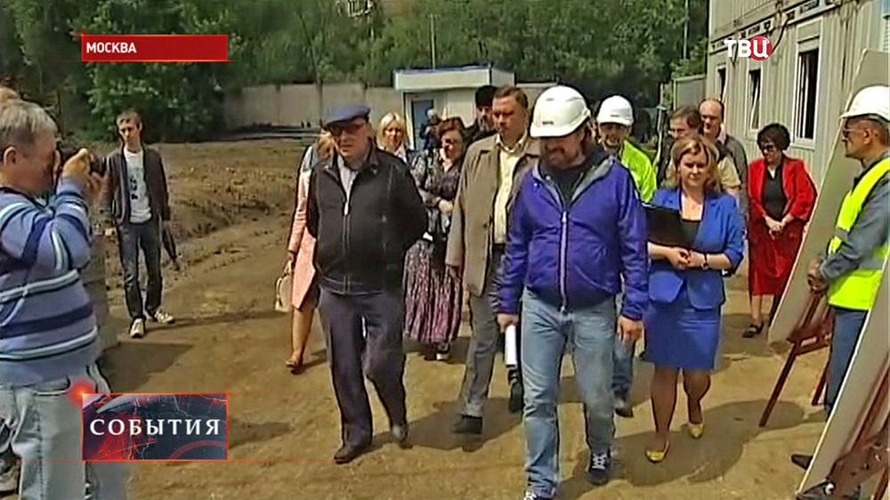 Владимир Ресин осматривает ход строительства храма