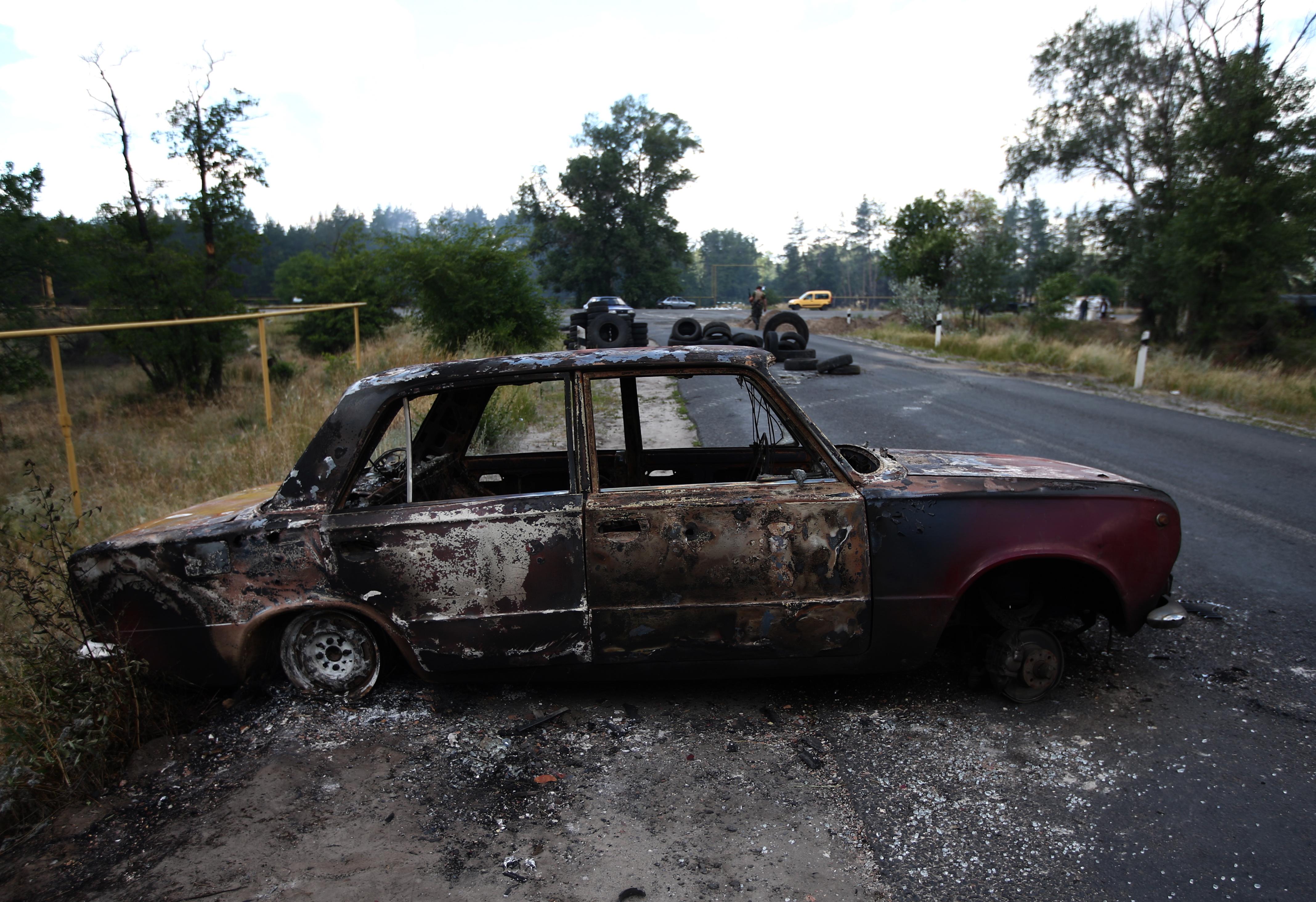 Сгоревший автомобиль около блокпоста
