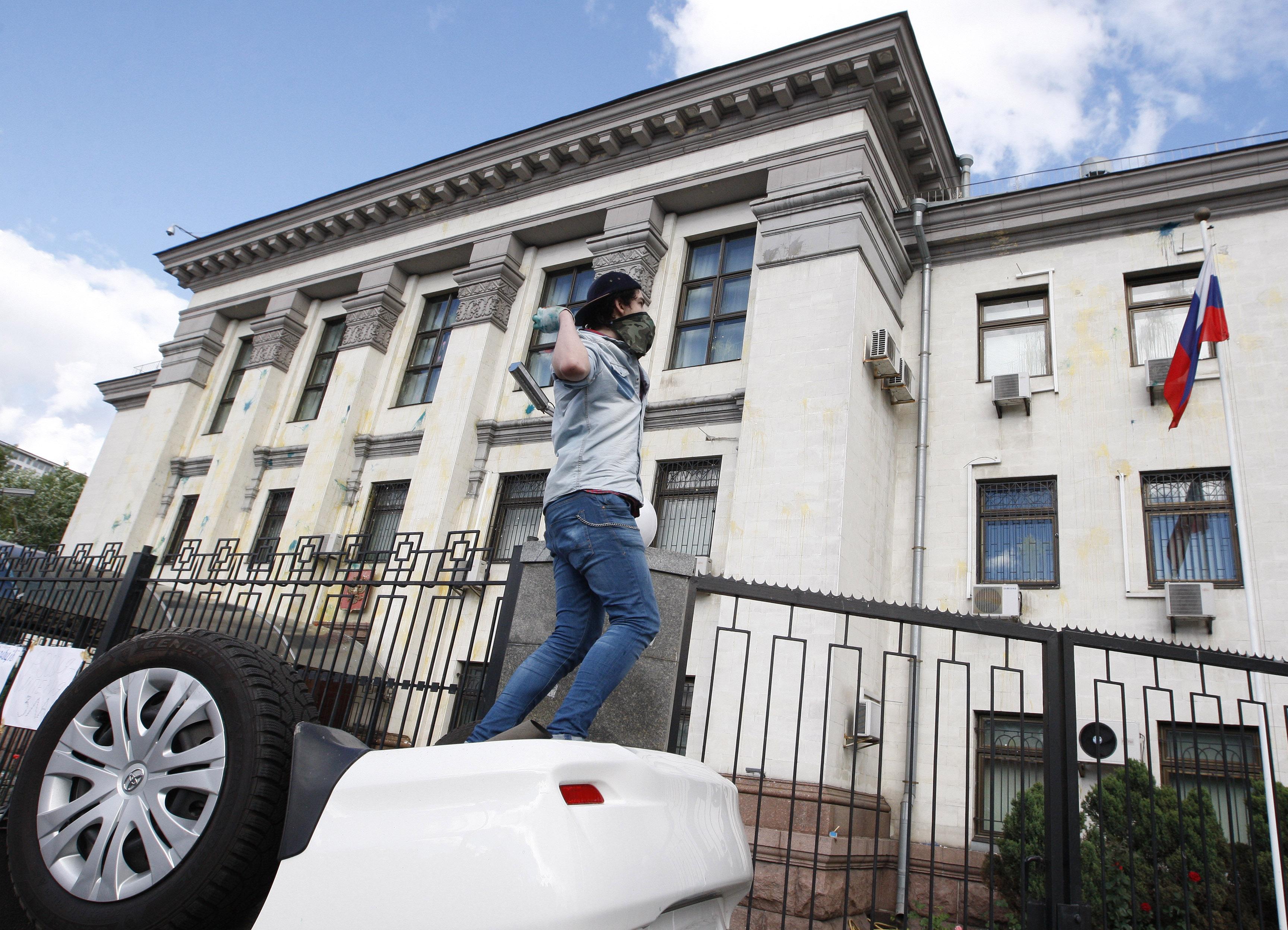 Беспорядки у российского посольства в Киеве