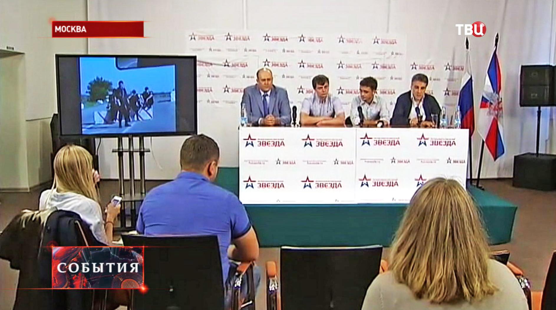 """Журналисты телеканала """"Звезда"""" Евгений Давыдов и Никита Конашенков на пресс-конференции"""