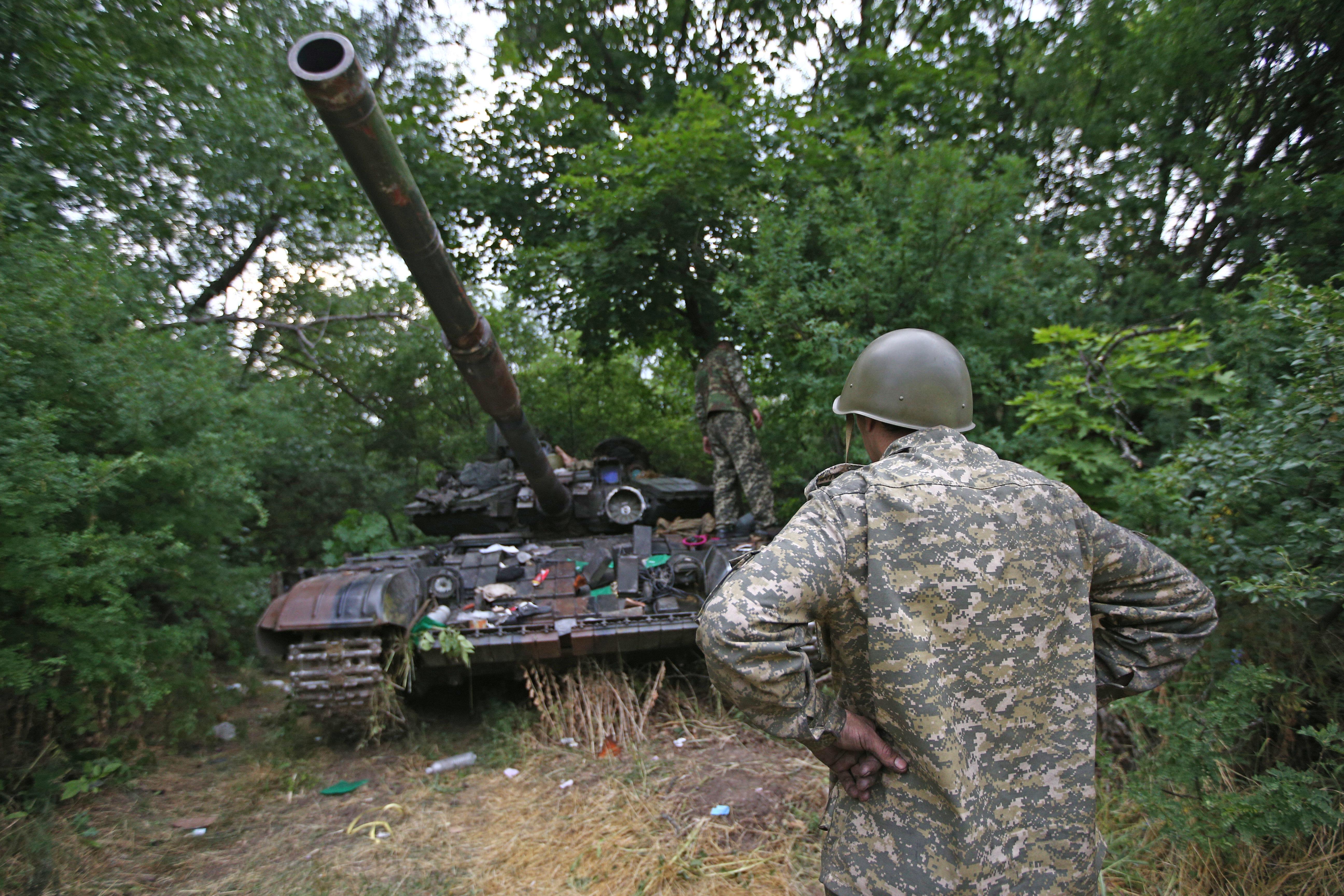 Танк Т-64, захваченный ополченцами во время боя за поселок Металлист