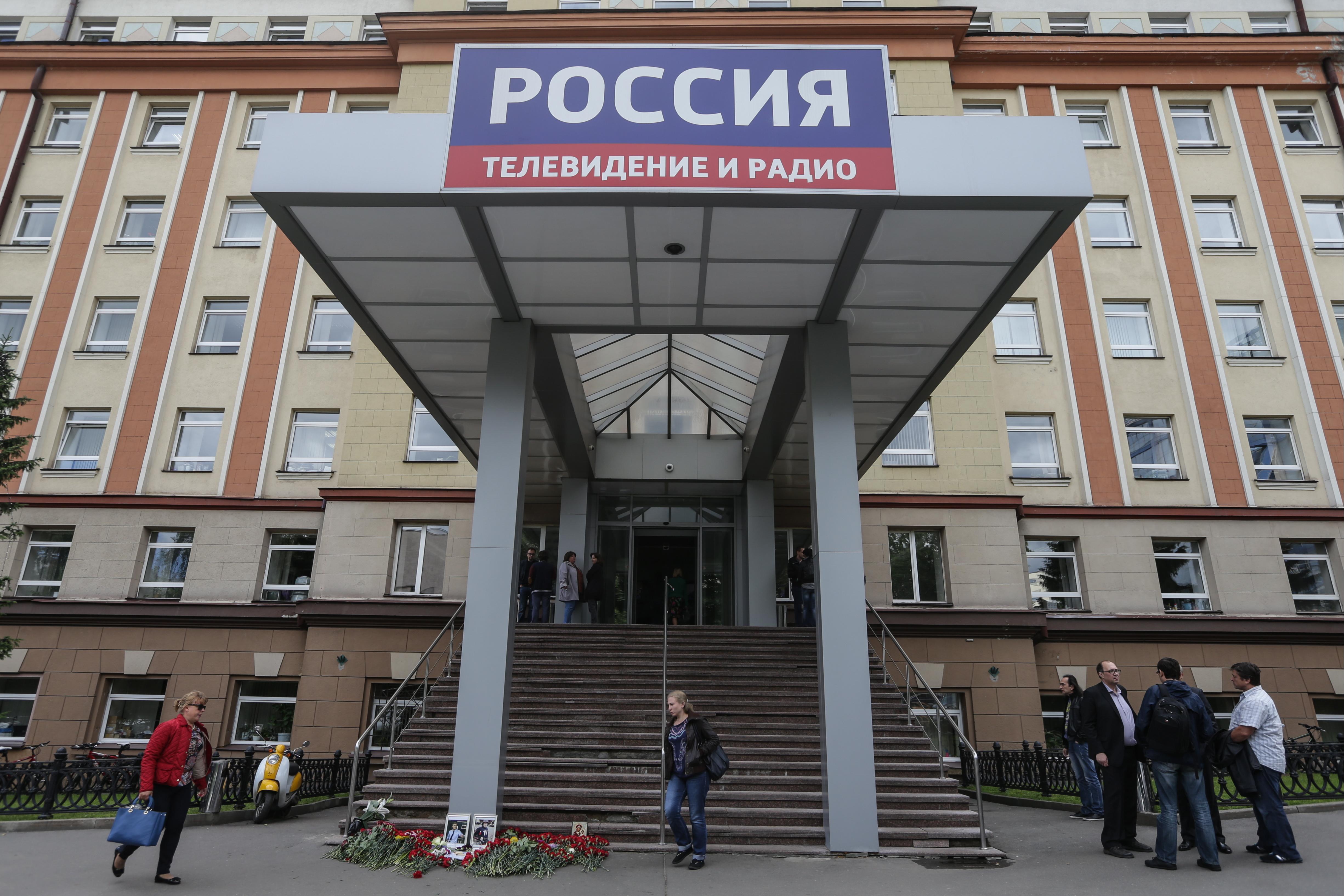 Цветы в память о погибших журналистах у здания ВГТРК