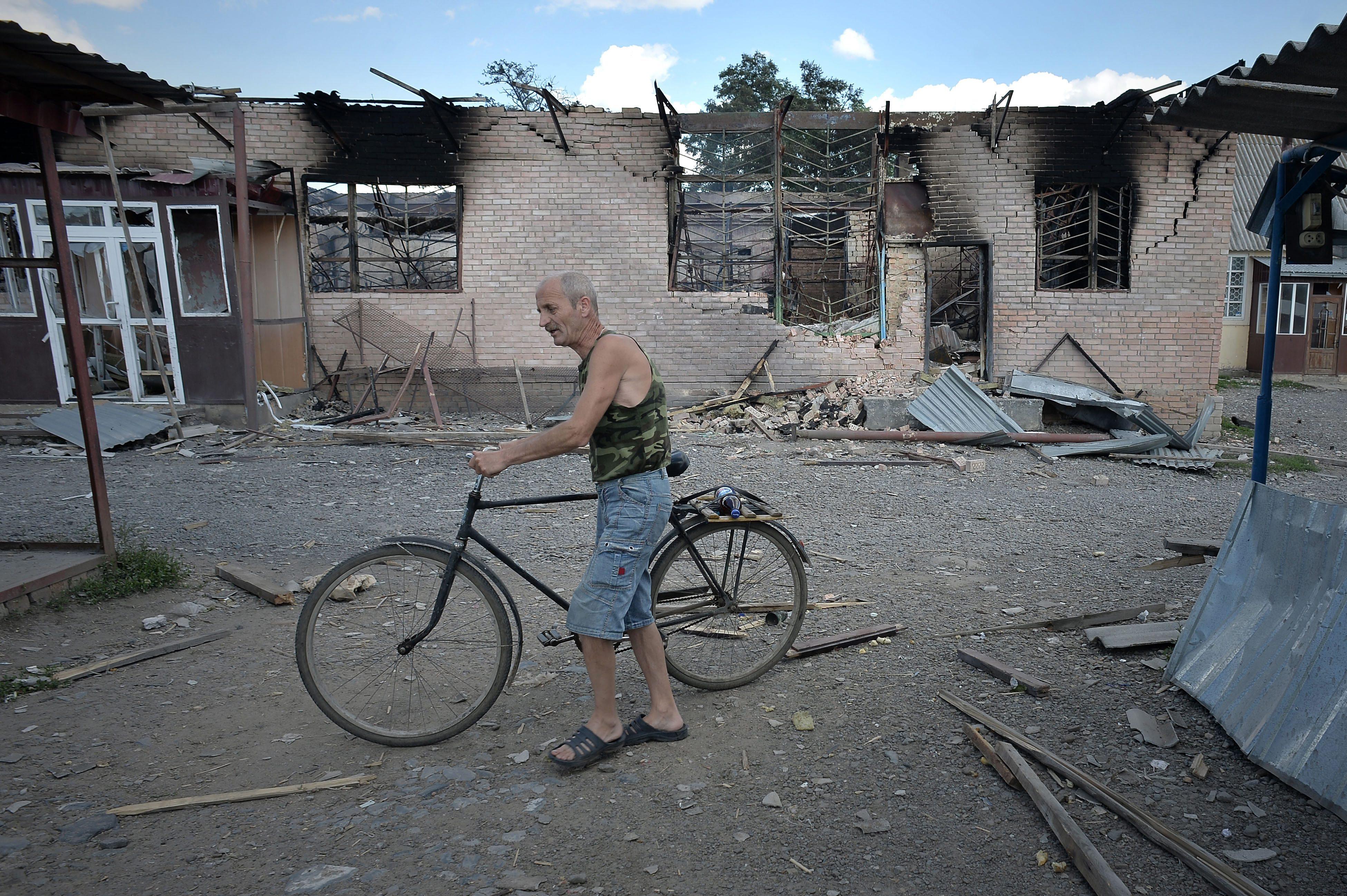 Последствия артиллерийского обстрела на Юго-Востоке Украины