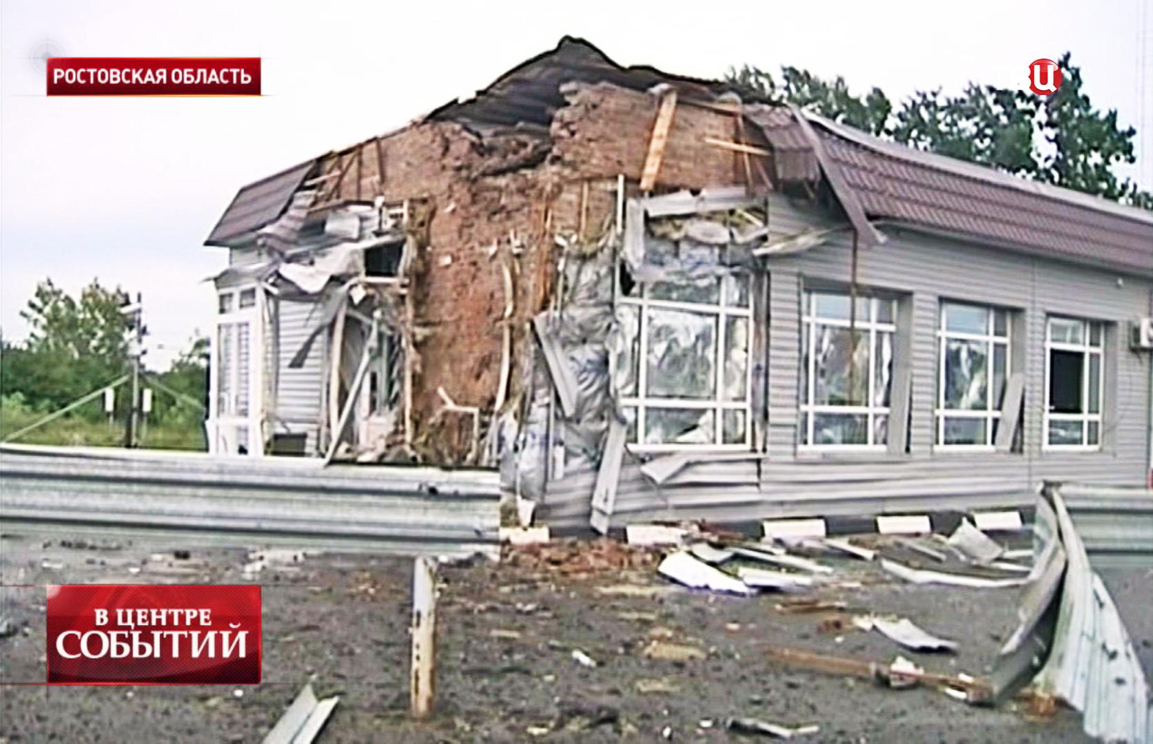 Разрушенный КПП на пограничном пункте российско-украинской границы
