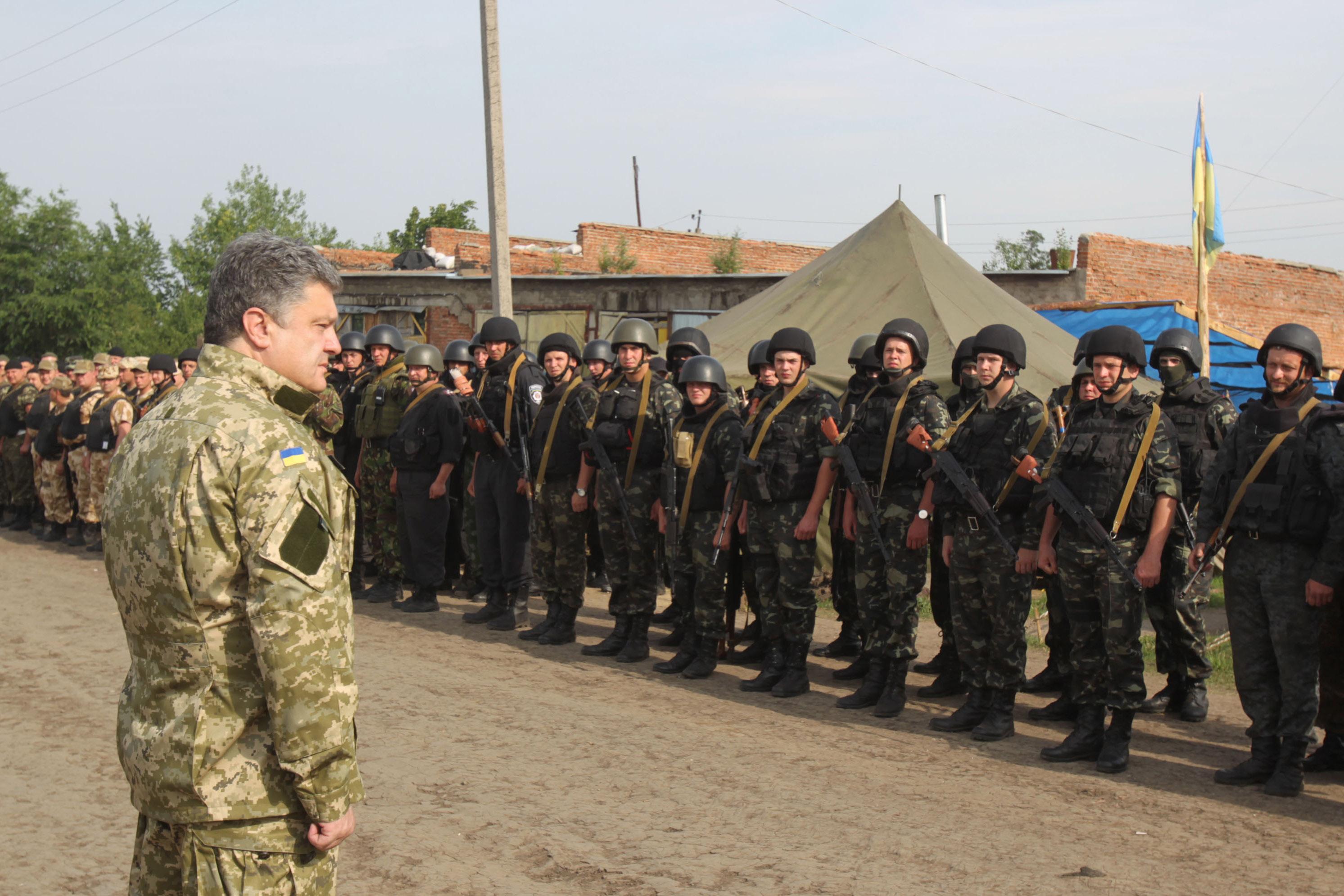 Президент Украины Петр Порошенко во время встречи с бойцами Национальной гвардии