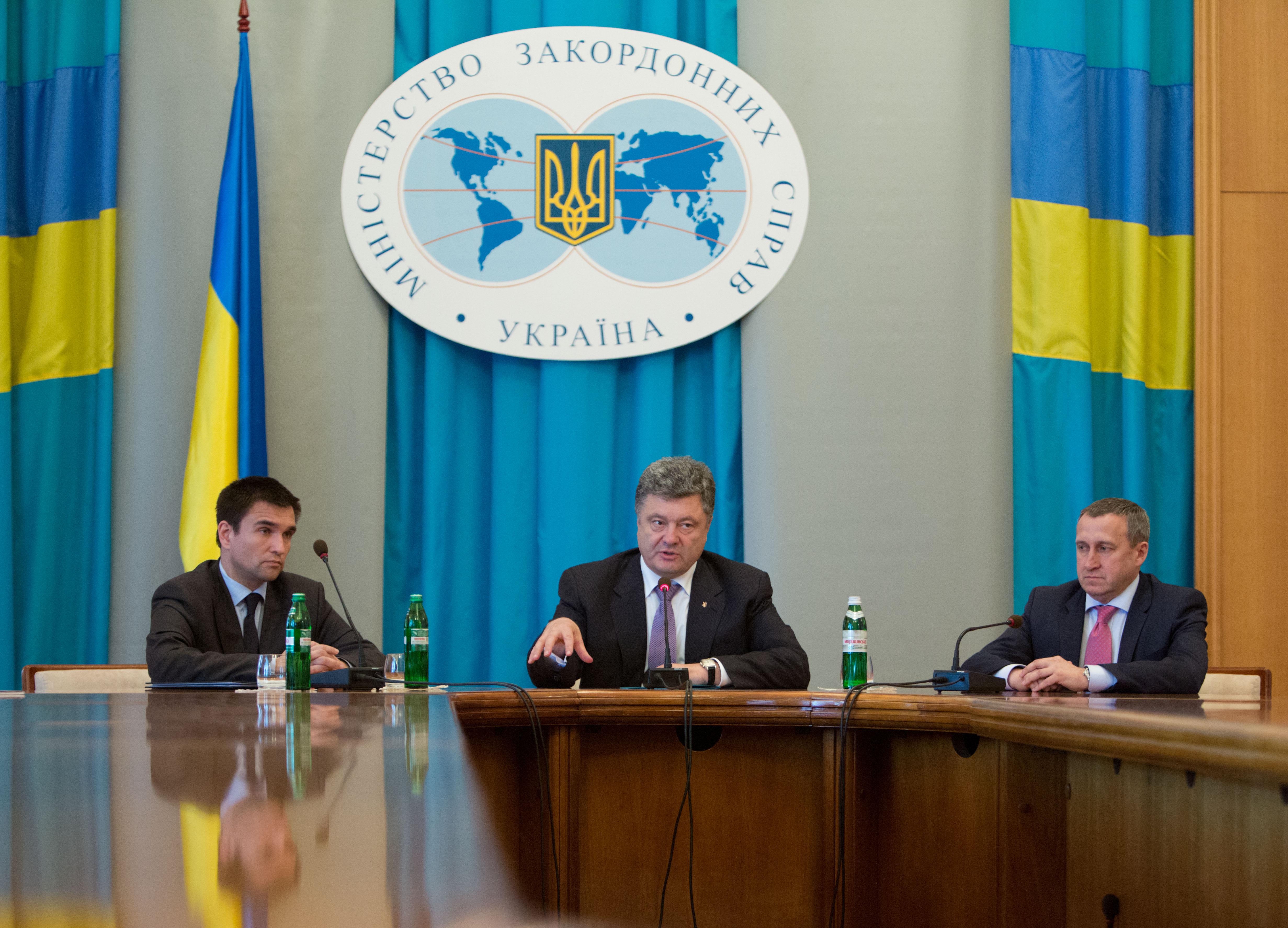 Новый глава МИД Украины Павел Климкин, президент Украины Петр Порошенко и бывший глава МИД Андрей Дещица (слева направо) во время встречи