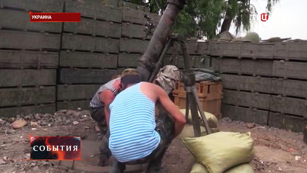 Украинские военные ведут обстрел из миномета