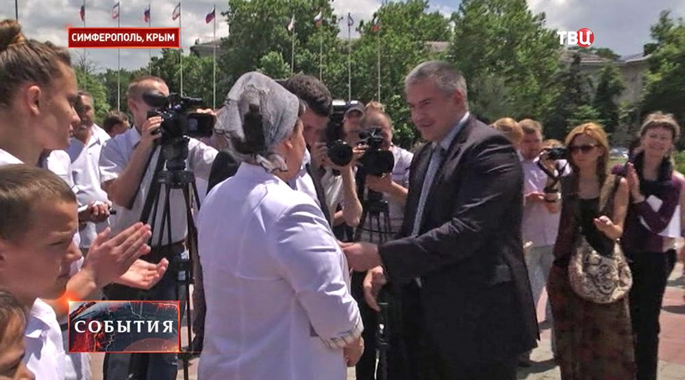 И.о. главы Республики Крым Сергей Аксёнов вручает автомобиль многодетной семье