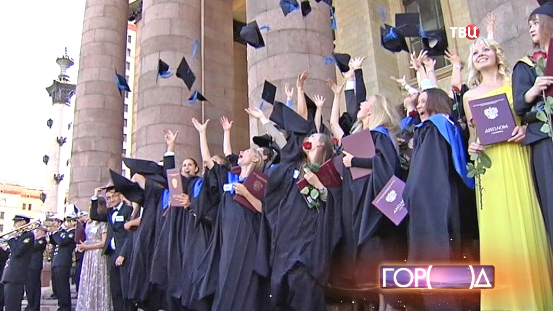 В МГУ вручили дипломы выпускникам отличникам Новости ТВ  Выпускники МГУ на вручении дипломов
