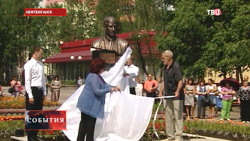 Открытие памятника мэру Нефтеюганска Владимиру Петухову